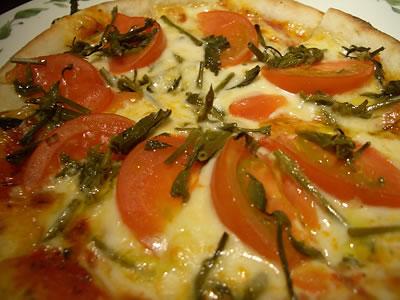 ホップの新芽入りピザ