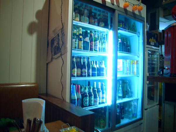 ビールがいっぱいの冷蔵庫