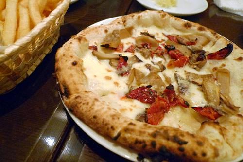 ポルチーニ茸とドライトマト、アンチョビのピザ