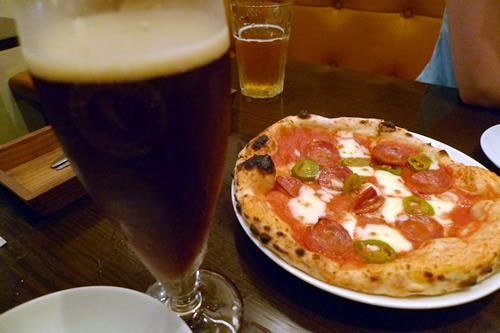 ハラペーニョとスパイシーサラミのピザ