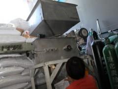 粉砕機にかけます。数種類の麦芽をブレンドすることで味を決めています。
