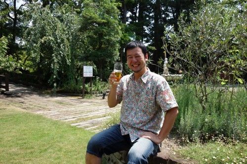 広い庭でスワンレイクビール