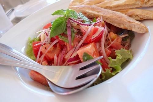 トマトバジルサラダ