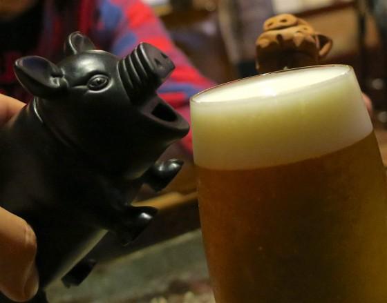 豚もシーサーもビールを飲みに?