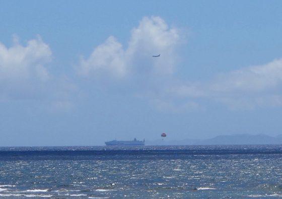 飛行機と船とパラグライダーと島と海