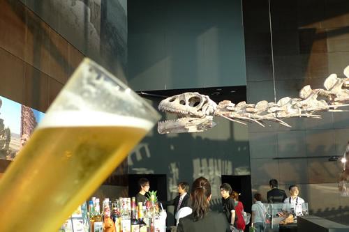 恐竜もビールゴクゴク