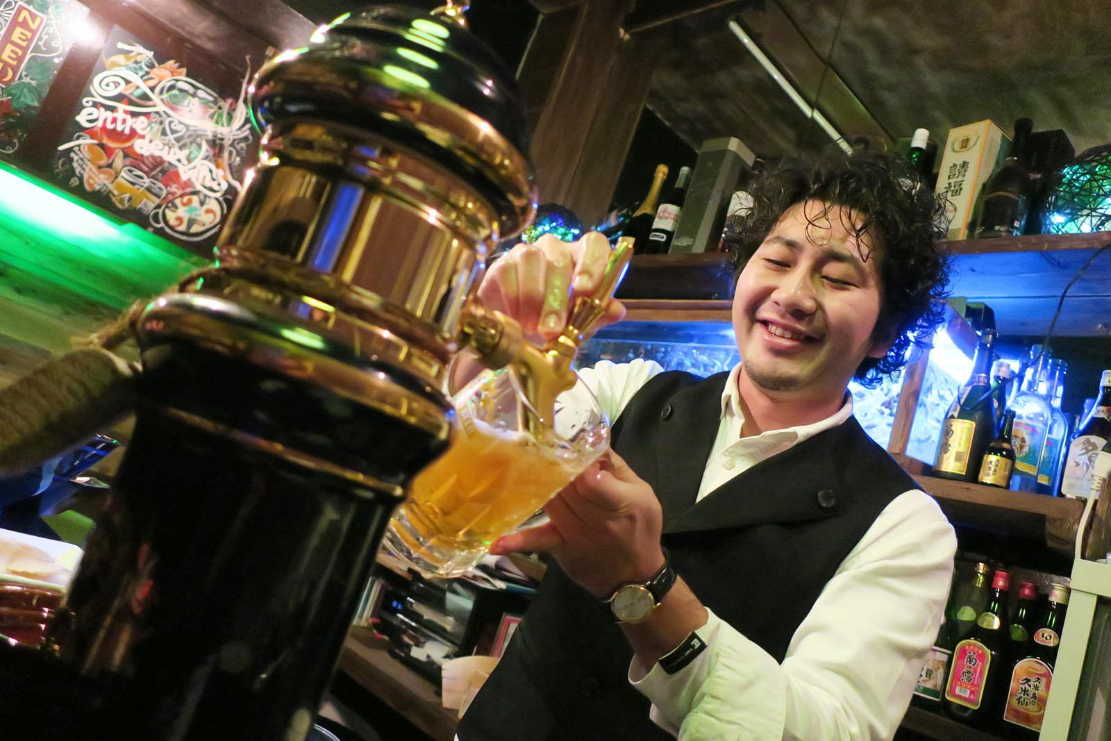 ビールを注ぐマスター