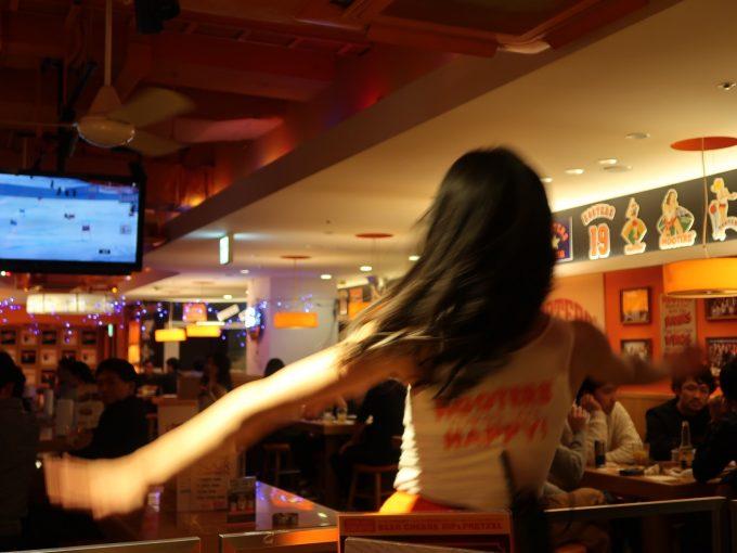 踊るフーターズガール その2