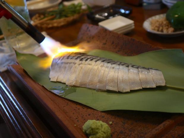 しめ鯖を炙ります。